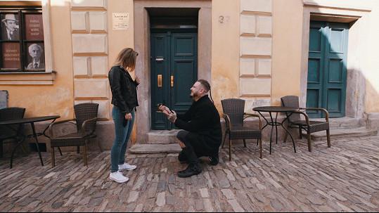 Na její 25. narozeniny ji při natáčení nového klipu Lék na duši ženy požádal o ruku.