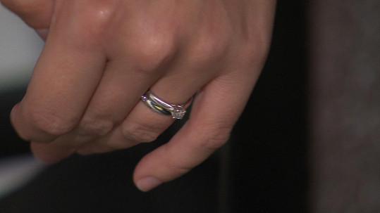 Ewa ukázala snubní prsten.