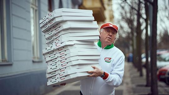 Poslíček s pizzou Jiří Lábus