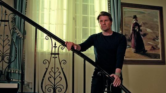 Partnerem Vondráčkové je známý kanadský herec Landy Cannon.