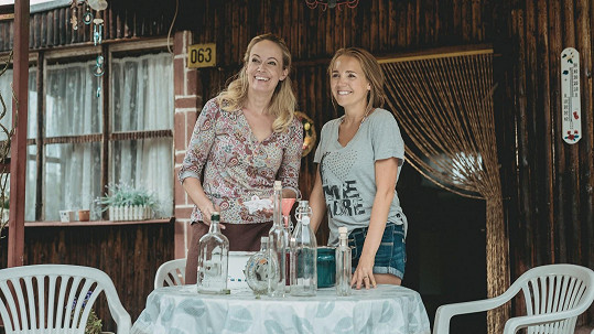 Lucie Vondráčková s Alenou Antalovou ve filmu Léto s gentlemanem