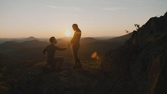 Videoklip z malebného prostředí Jizerských a Lužických hor na severu Čech zachycuje zásadní krok v životě dvou mladých lidí.