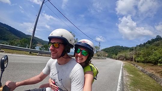 Dvojice byla odvážná. K dopravě využívala i motorku.