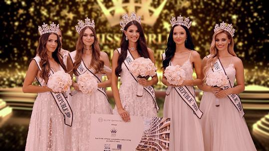 Během finále dívky bojovaly o pět titulů. Zleva Angelika Kostyshynová, Veronika Šmídová, Karolína Kopíncová, Barbora Aglerová a Natálie Kočendová.