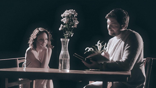 Veronika Arichteva si zahrála ve videoklipu Opona kapely Robin spolu s jejím zpěvákem.