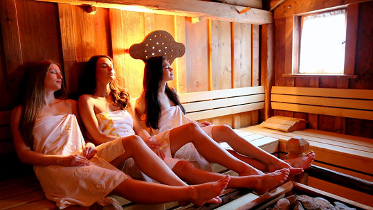 Vyhřívání v sauně se po příchodu z venkovní vířivky žádná z dívek nebránila.