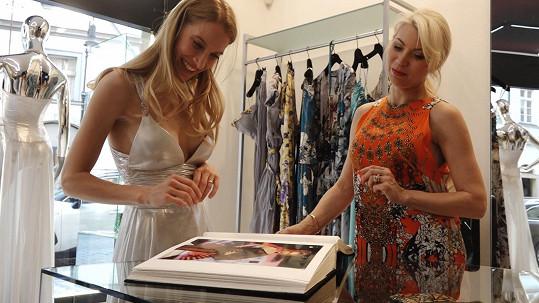 S Renčovými jsme si povídali o rodičovství na zkoušce šatů v butiku návrhářky Natali Ruden.