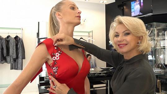 Veronika Kašáková u Natali Ruden na fittingu před návrhářčinou velkou přehlídkou.