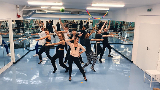 Genny při zkouškách na taneční scény nového klipu