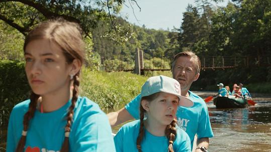 S filmovými dcerami vyrazí na vodu.