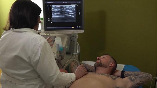 Petr se podrobil vyšetření rakoviny prsu, což není u mužů tak běžné.
