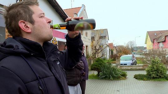 Filip si rád dá pivo i ráno po cestě na nákup.