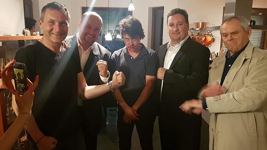 Natáčení bitky se Sašou Rašilovem: Vlevo režisér Libor Adam, uprostřed Saša Rašilov.