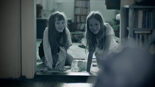 Filmová dvojčata Ema - Anežka Novotná a Kristýna - Míša Sodomková jsou dvojvaječná. Tvůrcům se podařilo vybrat velmi podobné holky.