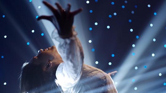 Píseň Okovy dostala vizuální podobu.