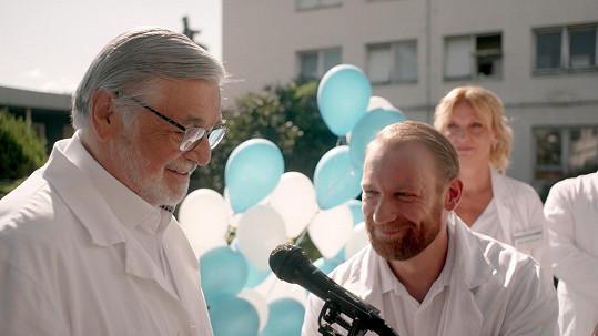 Hlavní roli ve filmu Zbožňovaný má Jiří Bartoška.