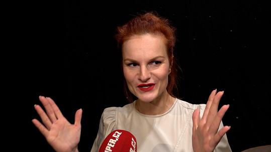 Iva Pazderková se vrací po měsících do divadla.