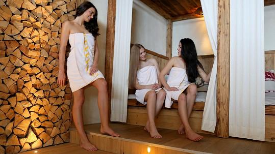 Odpočinkovou místnost po sauně si missky příliš neužívaly a místo lenošení na lehátkách řešily, co si vezmou na sebe večer.