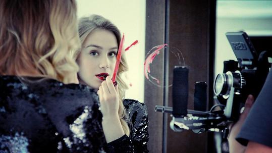 V klipu si zahrála zpěvákova kamarádka Anna Kadeřávková. Diváci ji znají z Ulice.