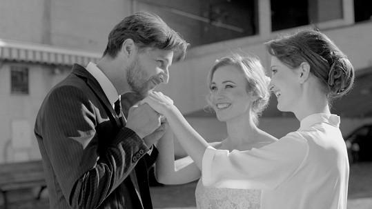 V klipu k písni Katarze hrají Vlastina Svátková, Eva Nejedlá a Andrej Polák.