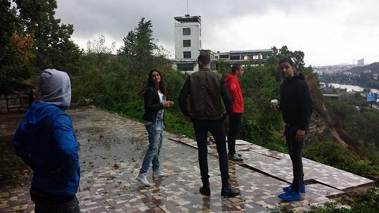 Natáčelo se také na Barrandově s výhledem na bývalé Havlovy terasy.