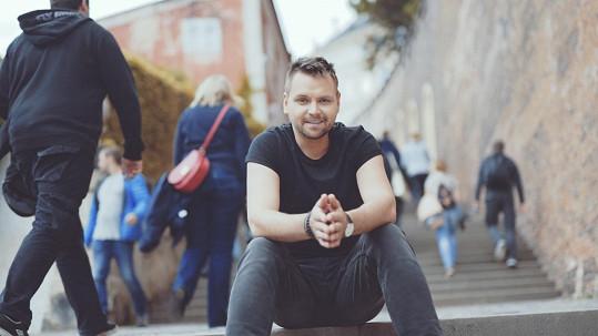 Josef točil klip v centru Prahy.