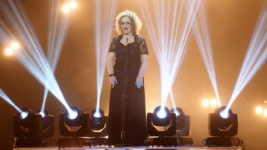 Do písně Okovy se zapojila také Hnilicova kolegyně Janka Šifrová.
