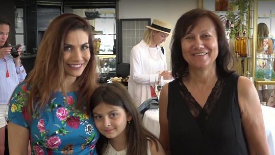 Eva vyrazila do společnosti s maminkou a dcerou.