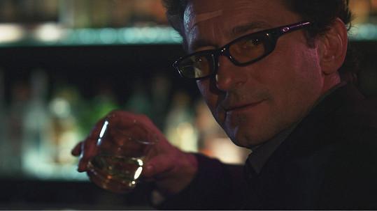 Vetchý si v klipu zahraje mimo jiné i postavu připomínající agenta Jejího Veličenstva.