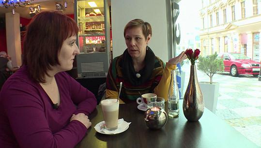 Druhá účastnice pořadu Jaroslava (vlevo) s matkou Kristýny, která prý o bití dcery věděla.
