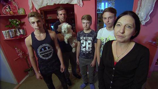 Martin (16), Martin (40), Václav (13) a Jirka (12) žijí s Emílií (43) v Tušimicích.