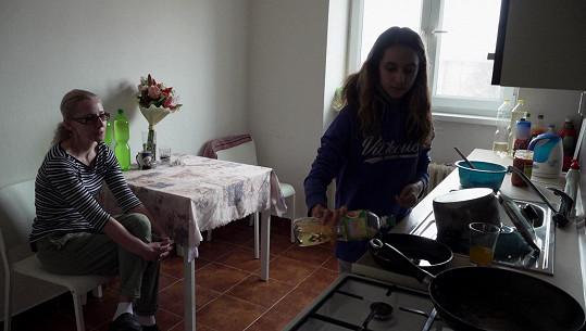 Dominika vládne havířovské domácnosti v době nepřítomnosti své matky.