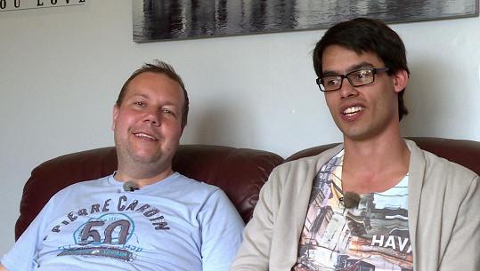 Patrik (vpravo) žije s Kamilem ve Velké Británii.