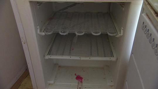 Mrazák je úplně prázdný a zasloužil by vyčistit.