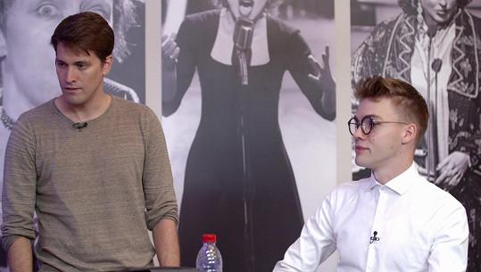 A půjčil Robertovi také své brýle.