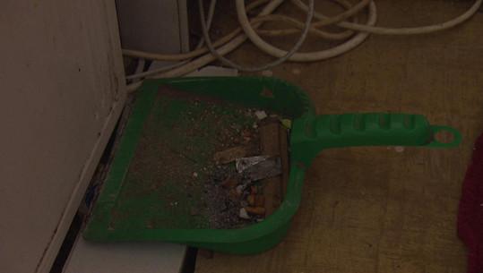 V kuchyni se válí lopatka plná smetí a cigaret.