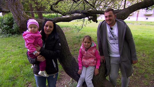 Na druhé straně se představí Petra s o devět let mladším partnerem Dominikem, dcerou Vanesou a Patricií.