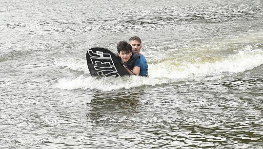 U vody si to všichni užívali.