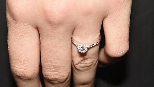 Prstýnek si už nechala přizpůsobit a zdobí prsteníček levé ruky, jak to má být.