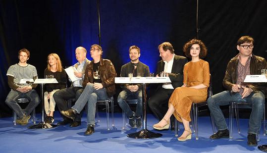 Režisér se s pár kily navíc objevil na tiskové konferenci České televize.