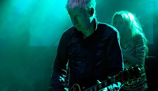 Gerry Leonard zavítal do Prahy a zahrál si s kapelou Všichni Svatí.