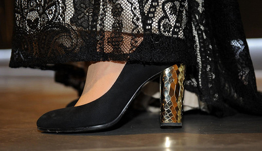 Model doplnila ručně šitou obuví.