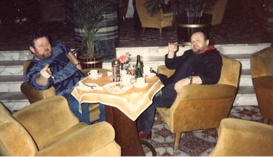 Herec (vlevo) jezdil s fotografem do krizových míst několik let.