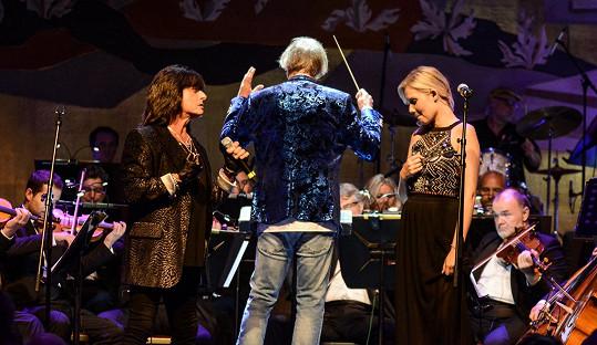 Měla vystupovat s rockovým zpěvákem Joem Lynn Turnerem.