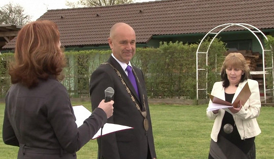 Část obřadu byla i na zemi. Dvojici ve 3 jazycích oddával starosta Příbrami Jindřich Vařeka.