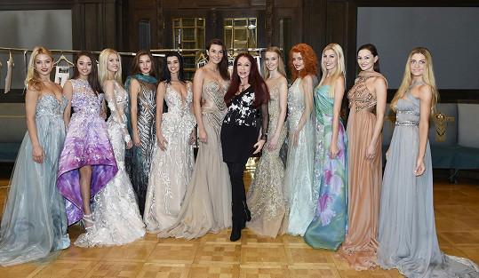 Návrhářka oblékla desítku finalistek i úřadující královnu krásy.