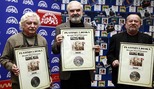 Václav Kotek (vpravo) patřil ke členům Divadla Járy Cimrmana. Na snímku zleva Ladislav Smoljak a Zdeněk Světák