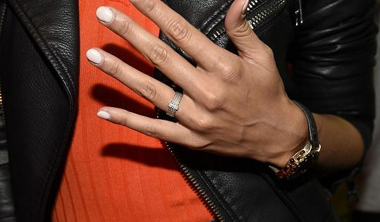 Monika ukázala snubní prsten.