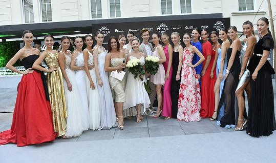Předváděla s finalistkami letošního ročníku České Miss. O tom, která ji nahradí, se rozhodne na finále 25. sprna na Primě.