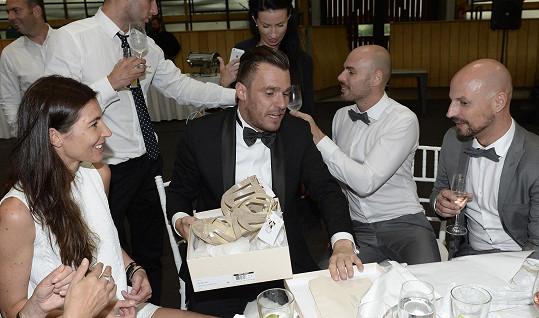 Mareš svému stylistovi Filipu Vaňkovi předává svatební dar.